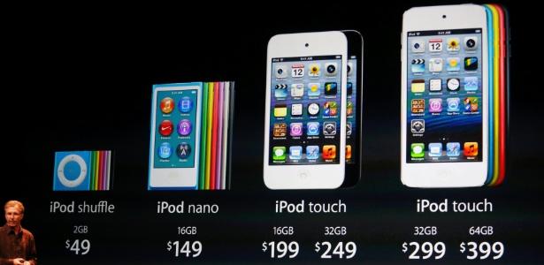 Greg Joswiak, vice-presidente de hardware, exibe o preço da nova linha de iPods da Apple durante evento - Beck Diefenbach/Reuters