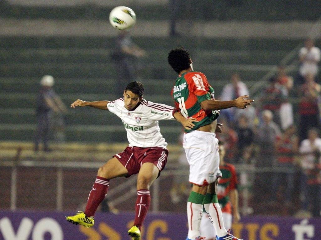 Jean, do Fluminense, disputa a bola pelo alto com Boquita, da Portuguesa, em duelo no Canindé