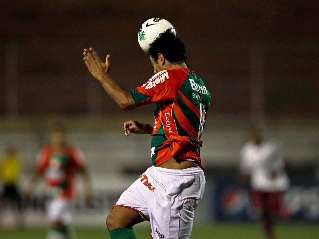 Jogador da Portuguesa sobe e cabeceia a bola durante o confronto contra o Fluminense