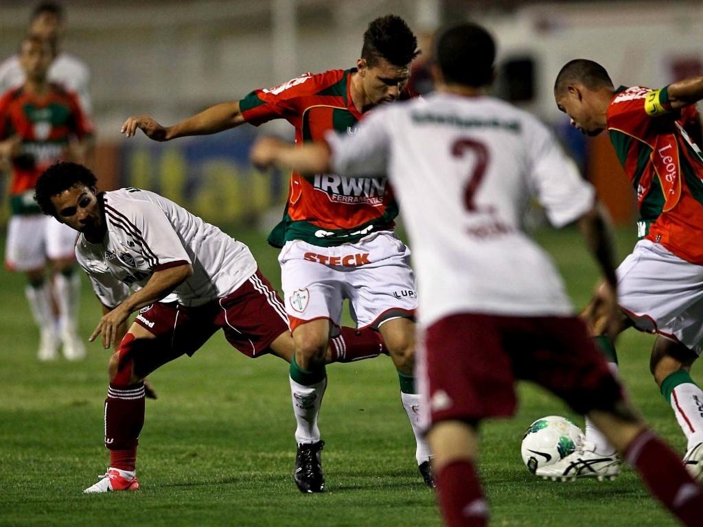 Jogadores de Portuguesa e Fluminense disputam a posse da bola durante a partida no Canindé