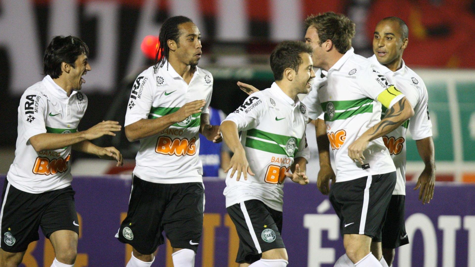 Jogadores do Coritiba comemoram gol na vitória por 2 a 1 sobre o Atlético-GO