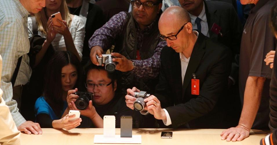 Jornalistas tiram fotos do novo smartphone da Apple. O iPhone 5 foi lançado nesta quarta pela Apple
