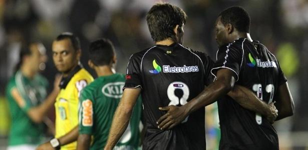 Juninho Pernambucano e Tenório comemoram o terceiro gol do Vasco na partida contra o Palmeiras