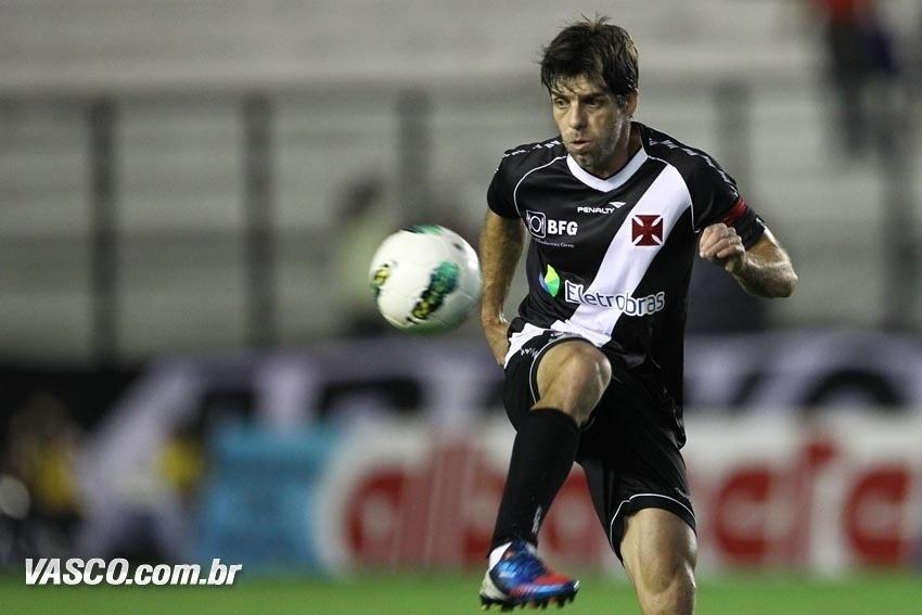 Juninho Pernambucano mostra categoria ao dominar a bola na partida contra o Vasco