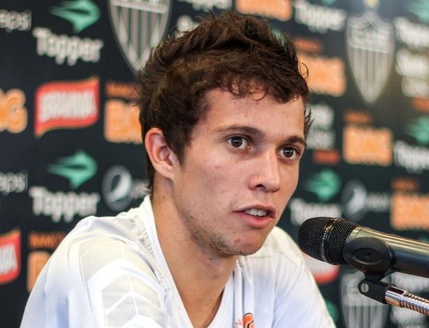 Meia Bernard, do Atlético-MG, durante entrevista na Cidade do Galo (11/9/2012)