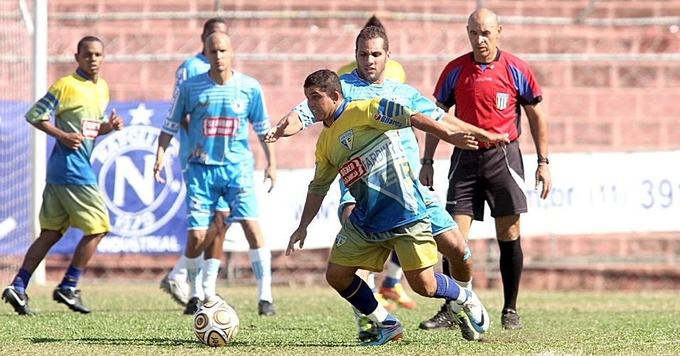 Munrá, meio-campista do Jardim Regina, em jogo contra o Napoli