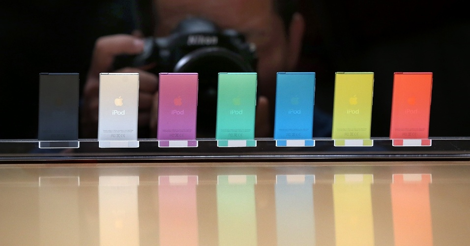 Novos iPods Nano agora têm tela multitouch de 2,5 polegadas (o modelo anterior tinha 1,5 polegada) e contam com um botão home pequeno (o tocador de música ficou bem parecido com uma versão reduzida do iPhone). Para ajustar o volume, a Apple colocou dois botões laterais