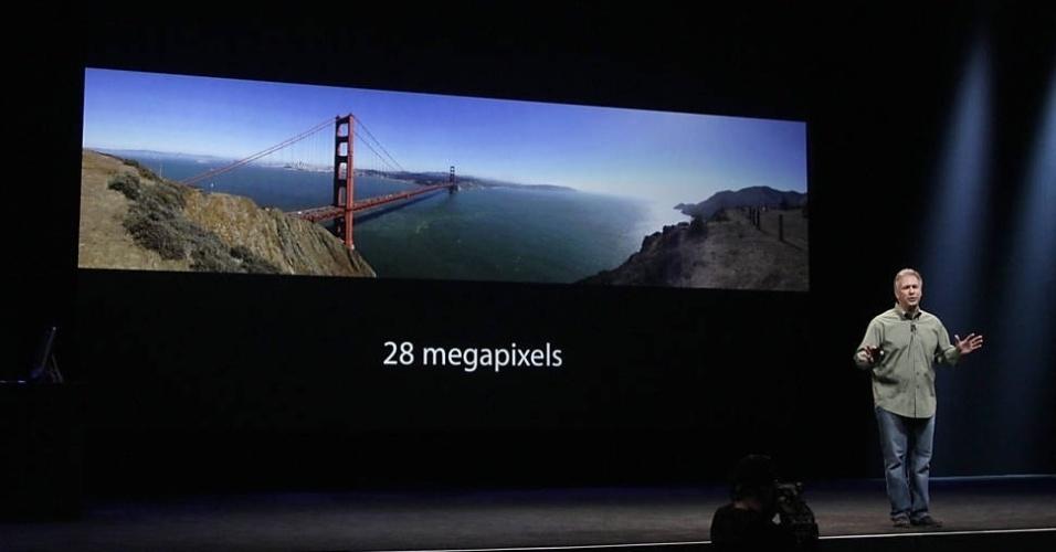 O vice-presidente de marketing de produto da Apple, Phil Schiller, apresenta a câmera do iPhone 5. O aparelho está equipado com uma câmera traseira de 8 megapixels