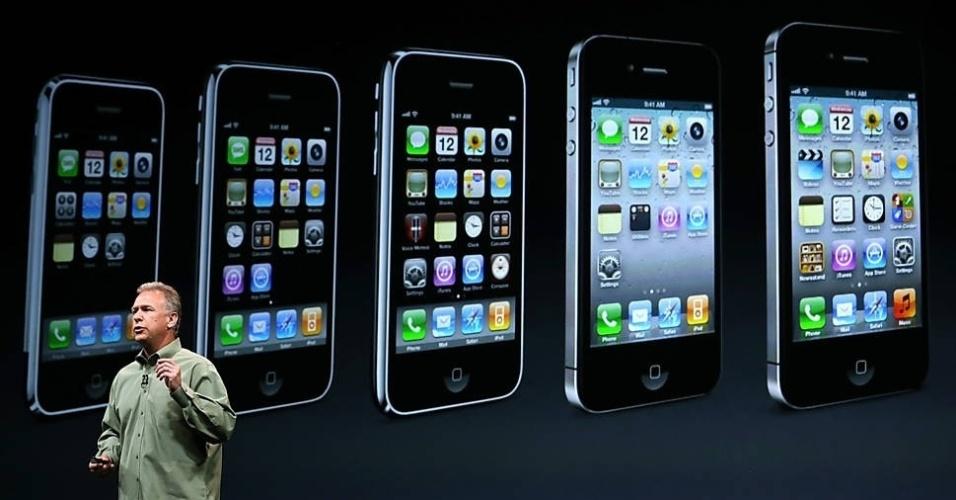 O vice-presidente de marketing de produto da Apple, Phil Schiller, fala no lançamento do iPhone 5, com imagem dos aparelhos anteriores no fundo