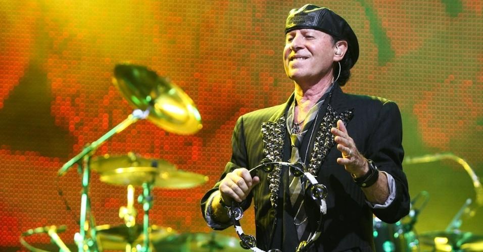 O vocalista Klaus Meine toca pandeiro durante show do Scorpions em Belo Horizonte (11/9/12)