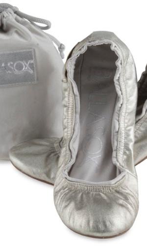 Sapatilha dobrável prateada; da Ballasox (www.lojaballasox.com.br), por R$ 119,90 (o par). Disponibilidade e preço sujeitos a alterações. Pesquisa realizada em setembro de 2012