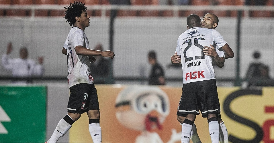 Sheik é abraçado por Adilson após marcar o gol de empate do Corinthians contra a Ponte