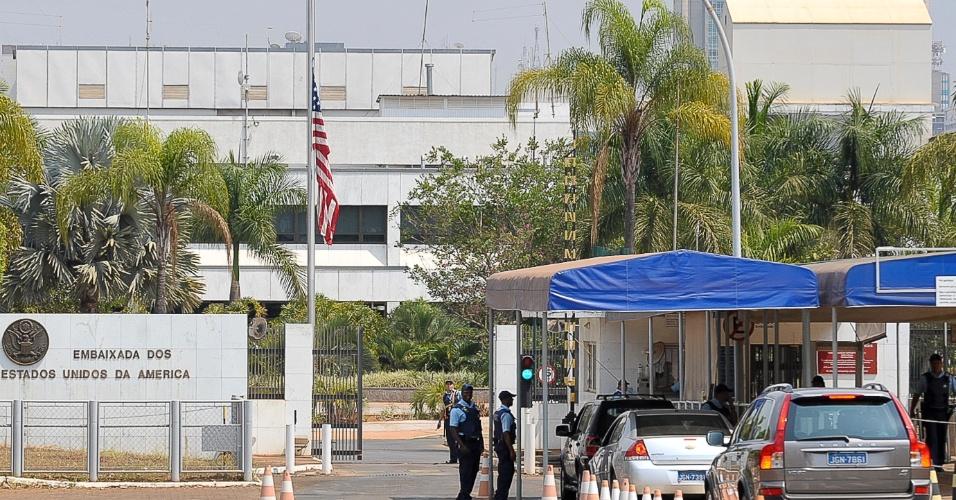 13.set.2012 - Embaixada dos Estados Unidos em Brasília mantém a bandeira a meio mastro nesta quinta-feira (13), em homenagem às vítimas do ataque ao consulado norte-americano na Líbia e o esquema de segurança foi reforçado