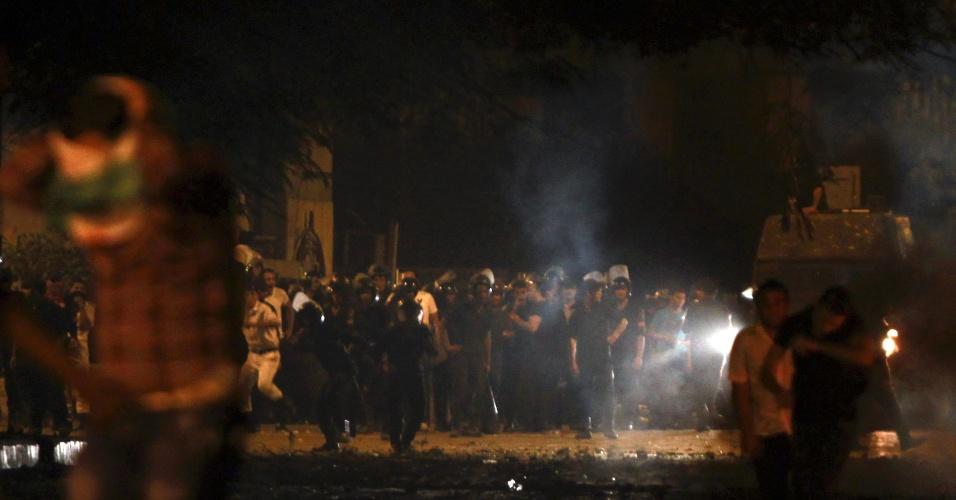 13.set.2012 - Manifestantes correm após polícia egípcia lançar gás lacrimogênio, nesta quinta-feira (13), durante confrontos em rua que leva à Embaixada dos EUA no país, perto de Praça Tahrir, no Cairo