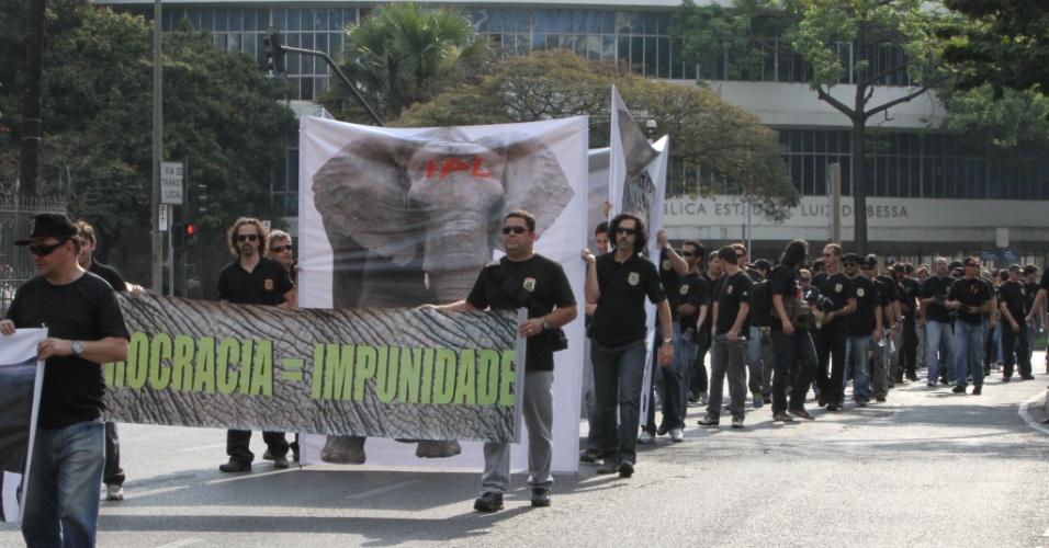 13.set.2012 - Policiais federais fazem passeata em Belo Horizonte. A categoria protesta contra o sucateamento da corporação. Mesmo com a manifestação, a expedição de passaporte voltou a ser realizada normalmente na capital mineira, nesta quinta-feira
