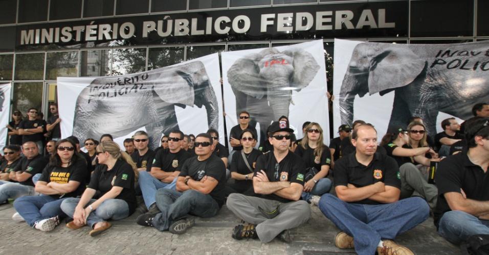 13.set.2012 - Policiais federais protestam no Ministério Público Federal em Belo Horizonte. Mesmo com a manifestação a expedição de passaporte voltou a ser realizada normalmente na capital mineira, nesta quinta-feira