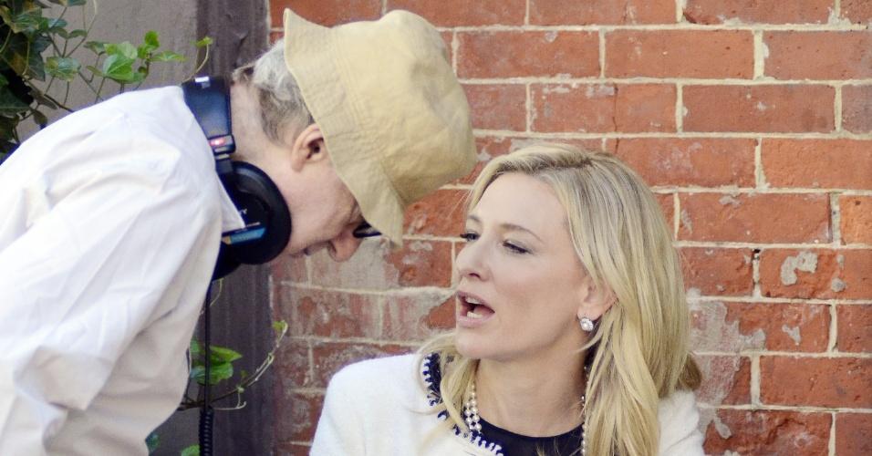A atriz Cate Blanchett conversa com o diretor Woody Allen durante as filmagens do seu novo longa,