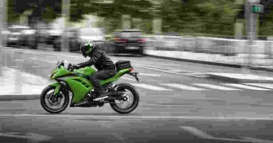 A nova Kawasaki Ninja 300 tem 39 cv a 11.000 rpm e 2,8 kgfm de torque máximo, a 10.000 rpm - Divulgação