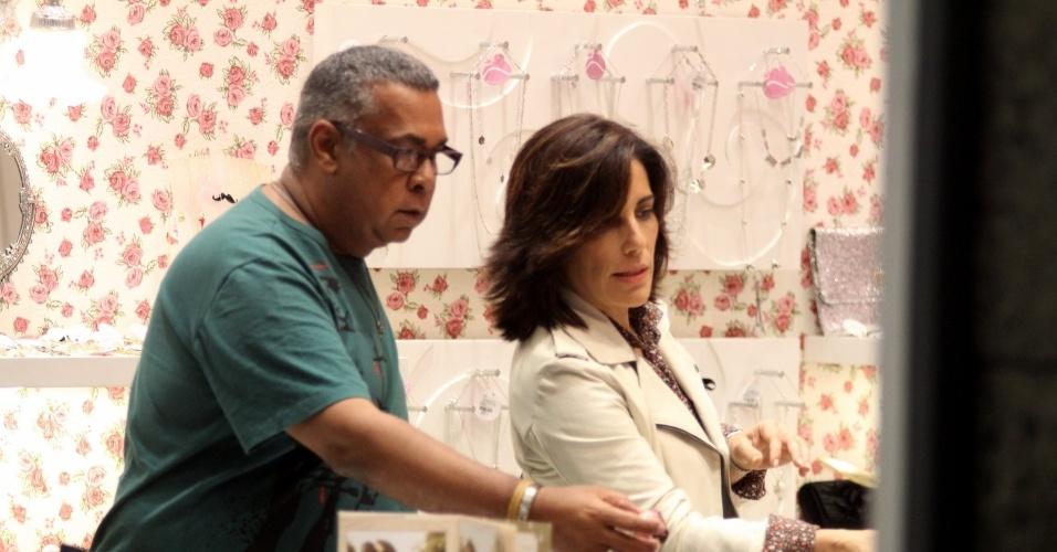 Acompanhado de um amigo, a atriz Glória Pires fez compras em um shopping da zona sul do Rio (13/9/12)