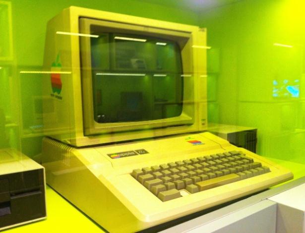 Ao contrário do Apple I, que teve cerca de 200 unidades produzidas, o Apple II teve milhares de unidades fabricadas com pequenas atualizações no hardware até 1992, quando parou de ser comercializado. Em sites de leilões, é possível encontrar um exemplar do Apple II de US$ 225 a até US$ 5.500 (cerca de R$ 554 e R$ 11.110). Na imagem acima, exemplar exibido no Museu de Jogos de Computador em Berlim