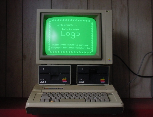 Ao contrário do Apple I, que teve poucas unidades vendidas, o Apple II teve milhares de unidades fabricadas com pequenas atualizações no hardware até 1992, quando parou de ser comercializado. Em sites de leilões, é possível encontrar um exemplar do Apple II de US$ 225 a até US$ 5.500 (cerca de R$ 554 e R$ 11.110). Na imagem acima, exemplar à venda no eBay por US$ 225