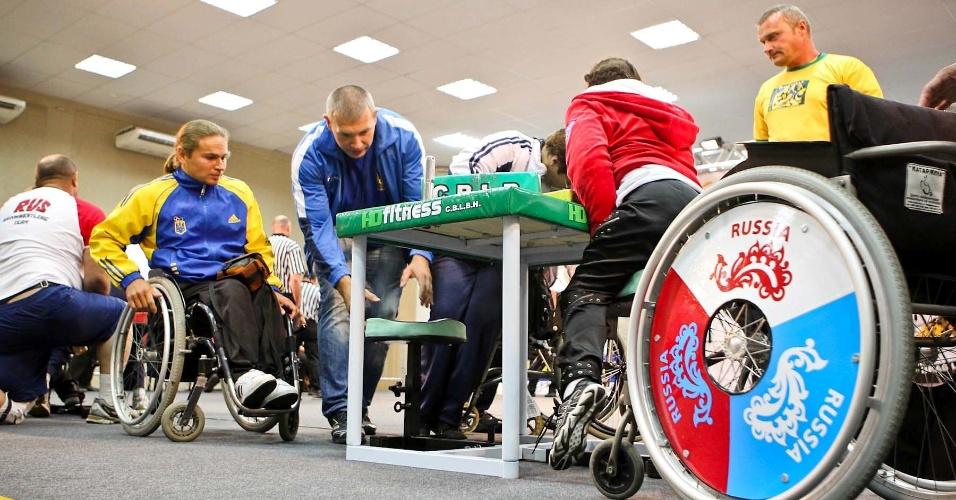 Atletas se preparam para competição de cadeirantes no 34º Mundial de Luta de Braço em São Vicente