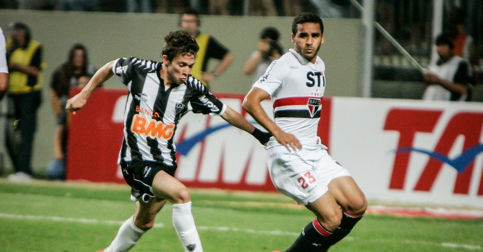 Bernard tenta arranmcada durante jogo do Atlético-MG com o São Paulo (12/9/2012)