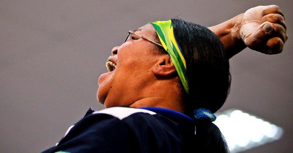 Brasileira comemora vitória no Mundial de Luta de Braço, em São Vicente