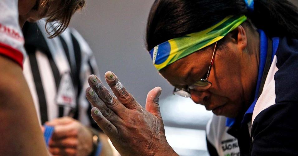 Brasileira exibe patriotismo nas unhas e com faixa na cabeça durante Mundial de Luta de Braço em São Vicente