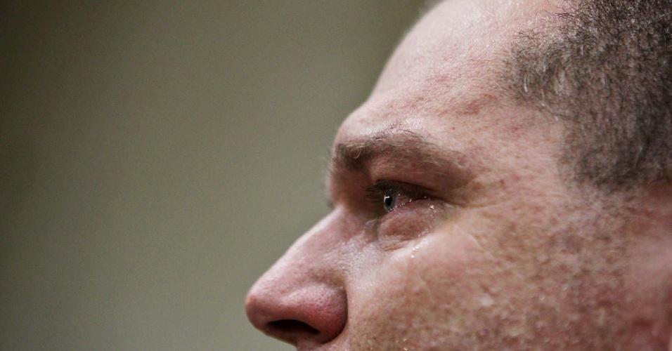 Competidor chora durante 34º Mundial de Luta de Braço, disputado em São Vicente