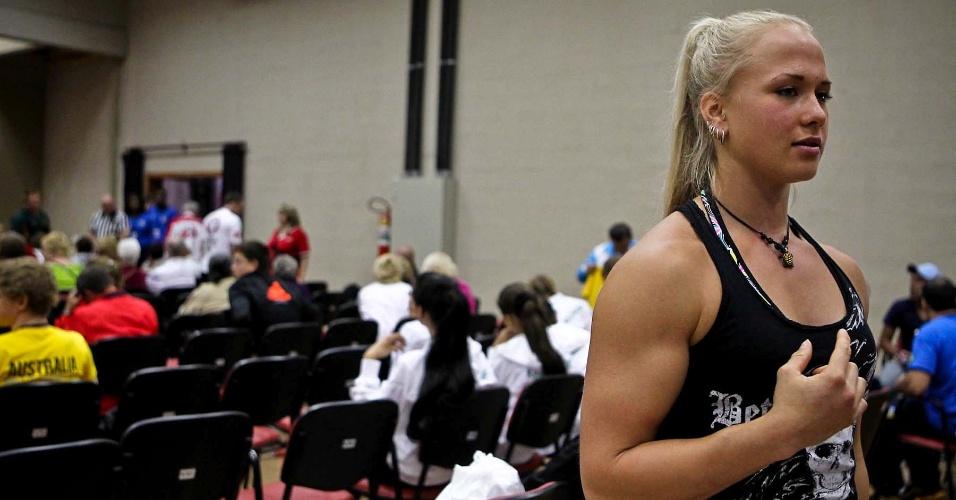 Competidora exibe braço musculoso na concentração do 34º Mundial de Luta de Braço, em São Vicente