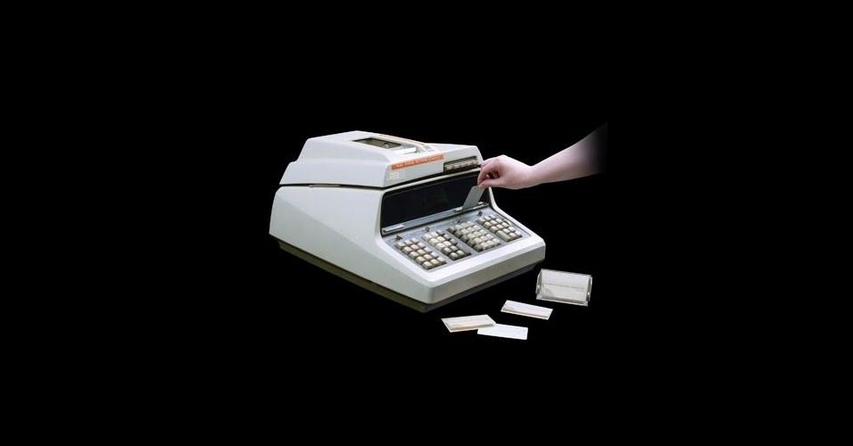 Em 1968, a HP lançou o que poderia ser chamado de ''primeiro computador pessoal'' no mundo; mas a empresa preferiu propagandeá-lo apenas como uma calculadora de mesa. Na época, os computadores, frisa a empresa em seu ''museu virtual'', tinham que ser grandes (quase do tamanho de uma sala) para terem credibilidade no mercado.  A ''pequena'' calculadora 9100 A tinha um sistema para representar expressões matemáticas com o uso de parênteses, além de algoritmos para cálculos trigonométricos e de funções logarítmicas