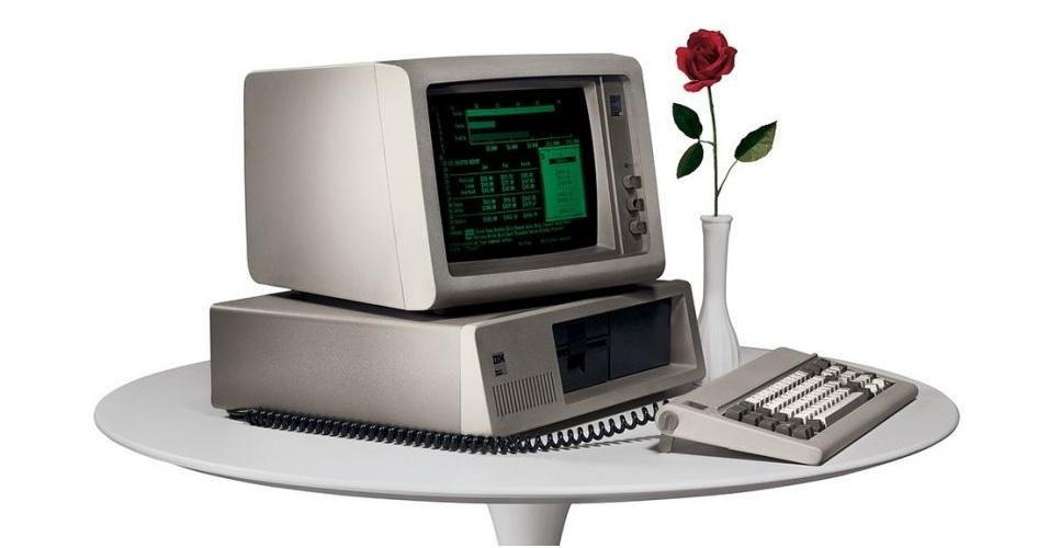 Em 1981, a IBM lança seu primeiro computador pessoal, também conhecido como ''IBM PC''. Ele tinha apenas 16kB de memória RAM e vinha com processador Intel 8088 de 4,77 MHz. A primeira versão, segundo o Old Computers, trazia uma fita cassete para carregar e salvar dados. O driver de disquete era opcional e o disco rígido não era suportado. O computador é vendido em sites de leilão por até US$ 1.331,08 (cerca de R$ 2.687)
