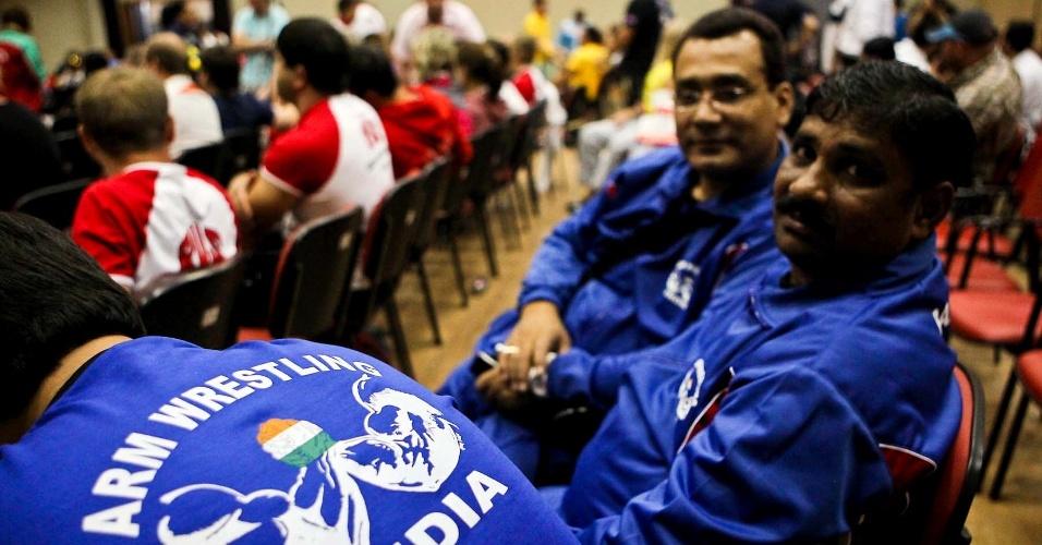 Indianos aguardam para competir no 34º Mundial de Luta de Braço, em São Vicente