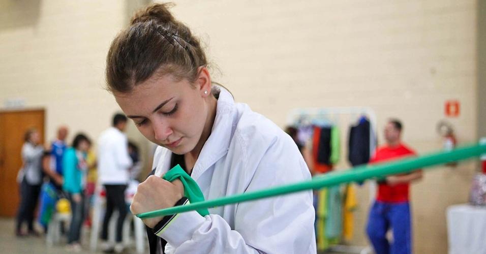 Jovem se prepara para competir no 34º Mundial de Luta de Braço em São Vicente