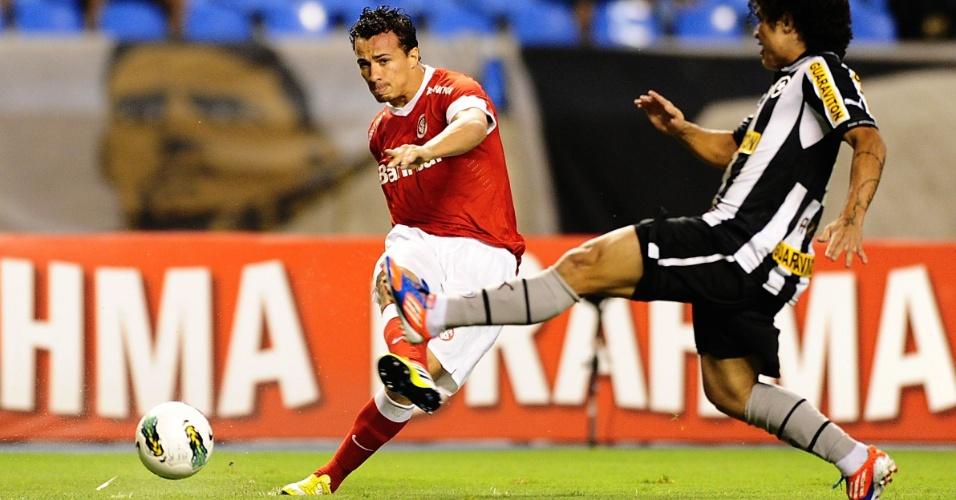 Leandro Damião chuta durante jogo Botafogo x Internacional no Engenhão (13/09/12)