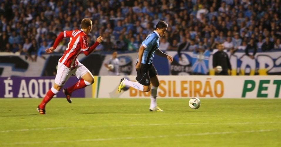 Marcelo Moreno parte para o ataque durante a partida contra o Náutico, no Olímpico