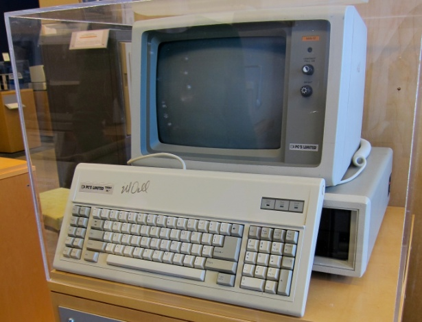 Michael Dell começou na área de tecnologia montando computadores compatíveis com componentes IBM em seu dormitório na Universidade do Texas. Mas em 1985, Dell lançaria o seu primeiro computador com design próprio, o Turbo PC. Ao contrário de outras empresas na época, a venda de computadores Dell era feita sem intermediários e com a possibilidade do usuário escolher a configuração do dispositivo, filosofia que a empresa mantém até os dias atuais