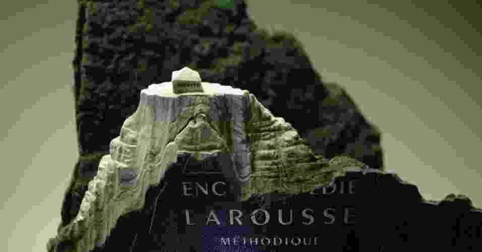 O artista canadense Guy Laramée esculpe paisagens em livros, em trabalhos sobre a natureza do conhecimento humano. Acima, um dicionário Larousse Methodique esculpido para o projeto A grande muralha - Guy Laramée