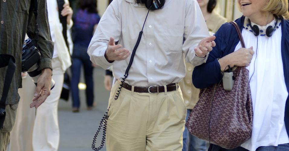O diretor Woody Allen anda pelas ruas de Nova York durante as filmagens do seu novo longa,
