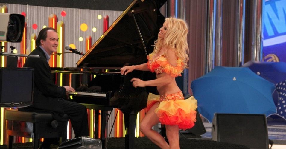"""Pamela Anderson participou do programa """"Caldeirão do Huck"""" nesta quinta (13/9/12). A atriz improvisou um dueto de """"Garota de Ipamena"""" com Daniel Jobim, neto de Tom Jobim"""