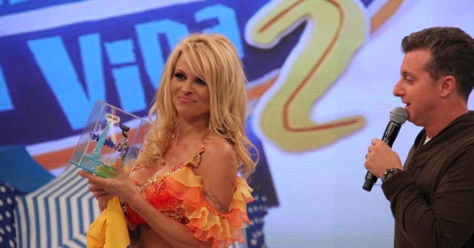 """Pamela Anderson participou do programa """"Caldeirão do Huck"""" nesta quinta (13/9/12). A atriz chegou a dançar no palco da atração"""