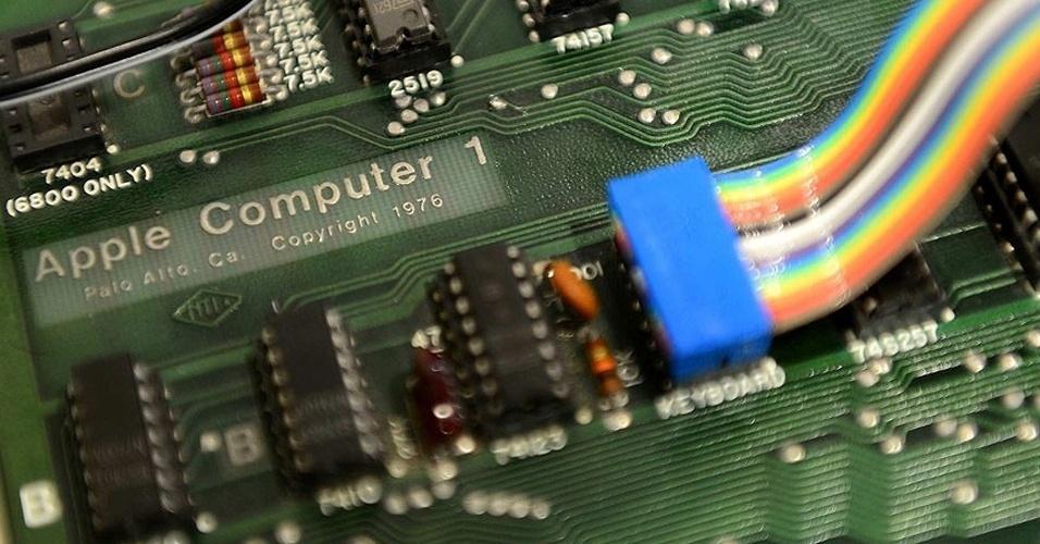 Placa usada pelo Apple I, primeiro computador da Apple. Feito à mão, o computador não dispunha de teclado ou monitor, nem mesmo fonte de alimentação: os itens que tinham de ser comprados separadamente pelos seus usuários. Usava um processador de 1Mhz (os atuais são de cerca de 1Ghz), com 4kB de memória RAM (que nos computadores de hoje é de 2GB). Era vendido por US$ 1.298, segundo o site ?Old Computers?