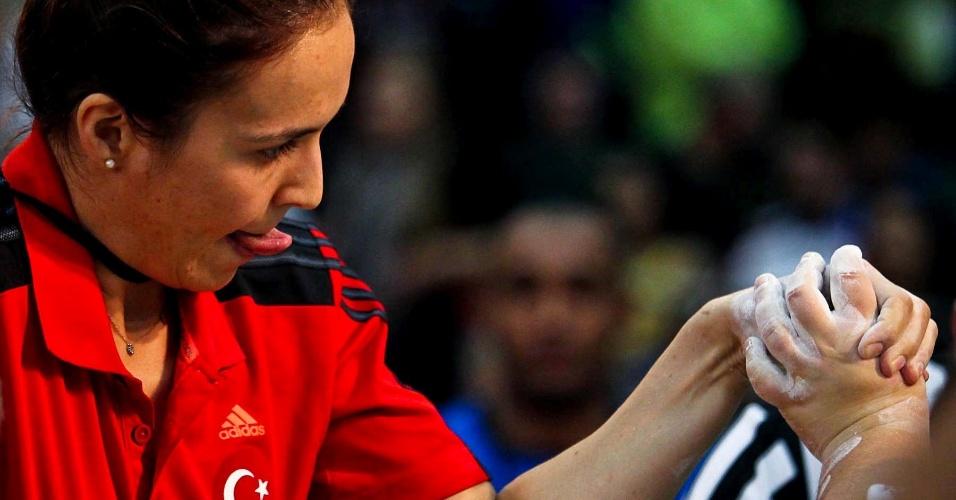 Representante da Turquia faz careta durante disputa no Mundial de Luta de Braço em São Vicente