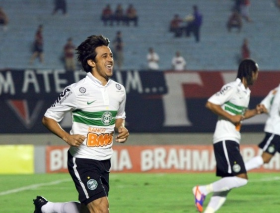 Robinho, meia do Coritiba, comemora seu gol, o mais rápido do Brasileiro