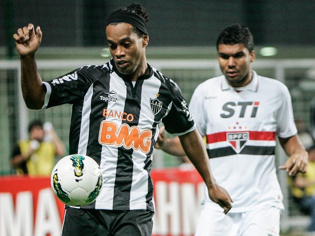 Ronaldinho Gaúcho é marcado popr Casemiro no jogo entre Atlético-MG e São Paulo (12/9/2012)