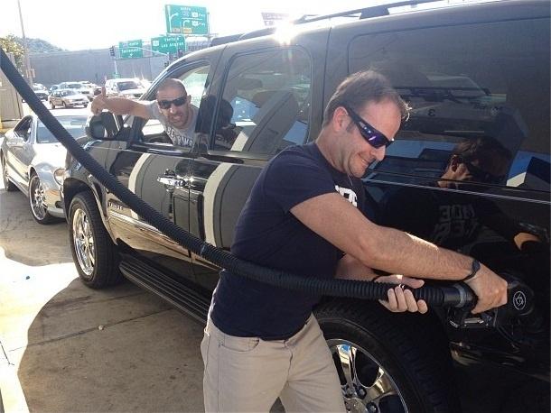 Rubens Barrichello abastece carro de Tony Kanaan