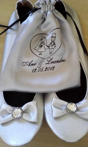 Sapatilha dobrável de couro sintético com detalhe de lacinho com strass; da After Shoes (www.aftershoes.com.br), a partir de R$ 12 (o par, pedido mínimo de 50 pares). Acompanha kit com elástico de cabelo e saquinho. Disponibilidade e preço sujeitos a alterações. Pesquisa realizada em setembro de 2012