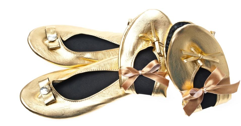 Sapatilhas dobráveis em couro sintético com detalhe de lacinho com strass; da Gift Chic (www.giftchic.com.br), a partir de 15 (o par). Disponibilidade e preço sujeitos a alterações. Pesquisa realizada em setembro de 2012