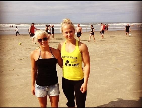 Sarah posa com colega da seleção sueca em São Vicente, antes de participar do Mundial